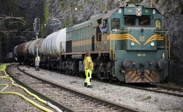 V železniškem predoru pri Hrastovljah danes polagajo zaščitno folijo. FOTO: Uroš Hočevar