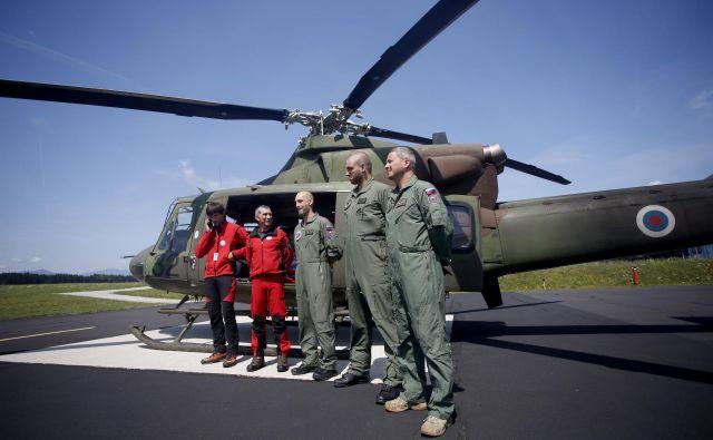 Dežurno helikoptersko ekipo za reševanje v gorah sestavlja 62 licenciranih oseb, od tega 17 zdravnikov. FOTO: Roman Šipić/Delo