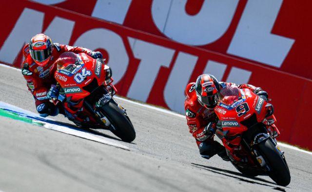 Prizor, ki Ducatijevim šefom ni ljub: Danilo Petrucci (desno) pred Andreo Doviziosom. FOTO: Motogp.com