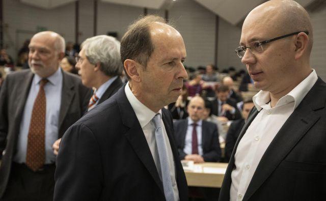 Ekonomist Dušan Mramor, ki vodi Observatorij ZM, in Uroš Urbas, odgovorni urednik Dela, ob predstavitvi Pogledov 2019. FOTO: Voranc Vogel/Delo