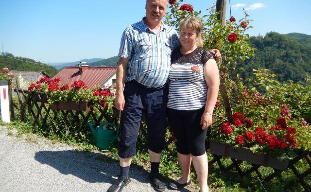 Jože in Marinka, ki je opozorila: »Lahko naju fotografirate, a brez palčkov, ker so mi vsi enako ljubi, z vsemi pa ne morem pozirati.« FOTO: Brane Maselj