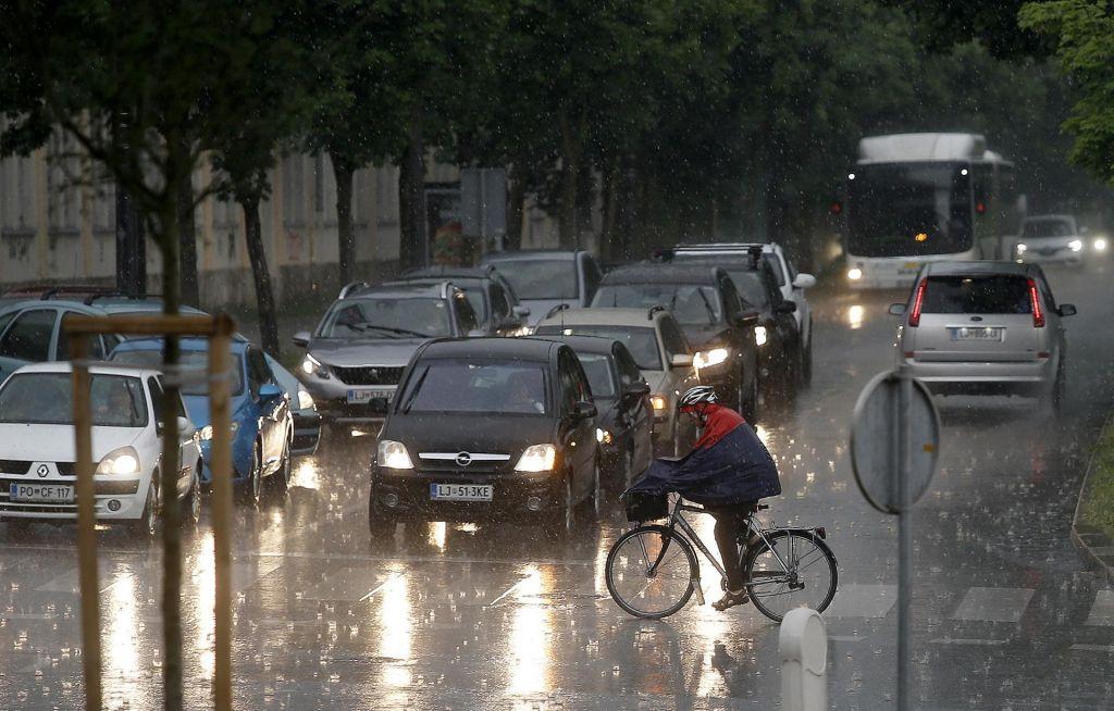 Nevihte popoldan znova zajele Slovenijo, padala tudi toča