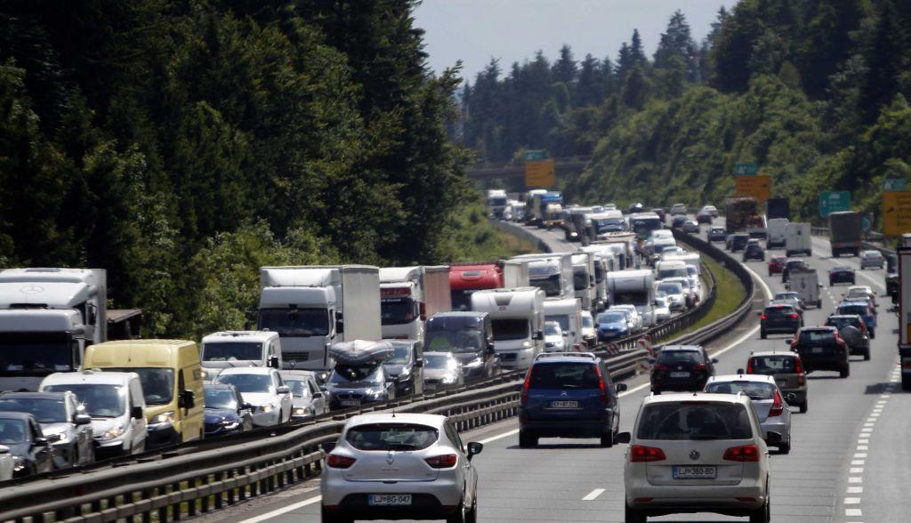 Zastoj na primorski avtocesti, pot daljša za skoraj uro