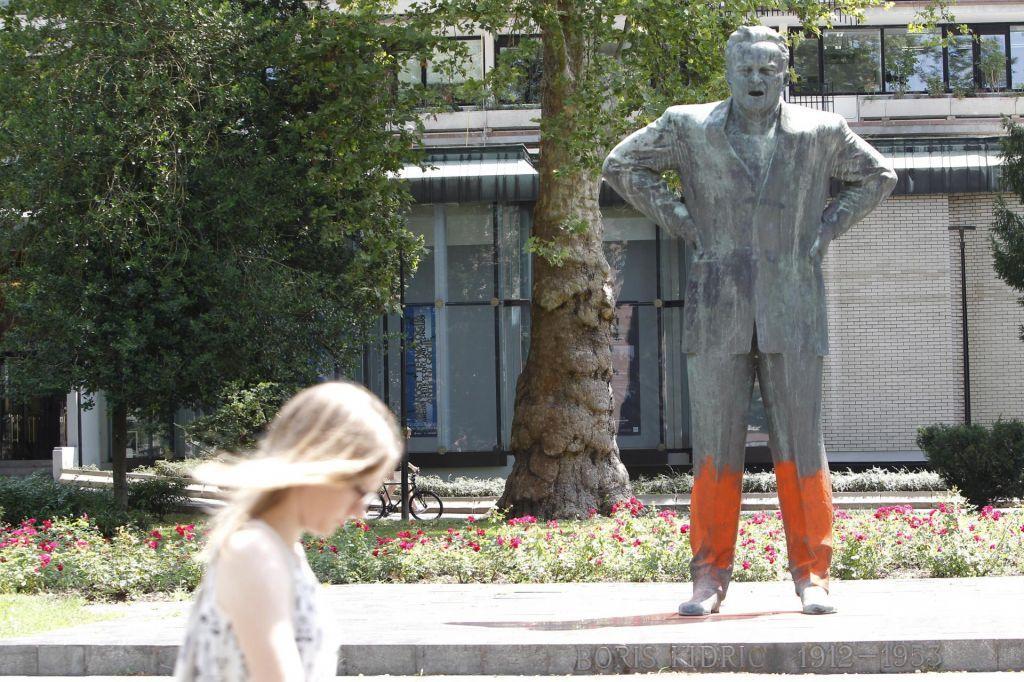 FOTO:Neznanci sredi Ljubljane oskrunili celo vrsto spomenikov