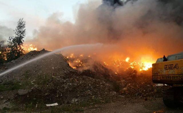 Požar na deponiji gum: v Sloveniji ne vemo, kam bi z 8000 gumami na leto. FOTO: PGD Bistrica Ob Dravi