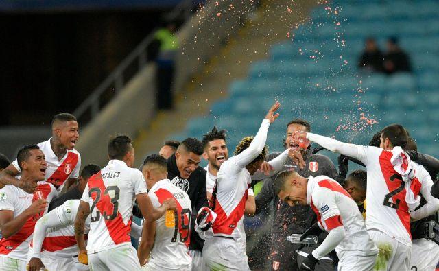 Perujci so se tako veselili uvrstitve v finale pokala Amerike. FOTO: AFP