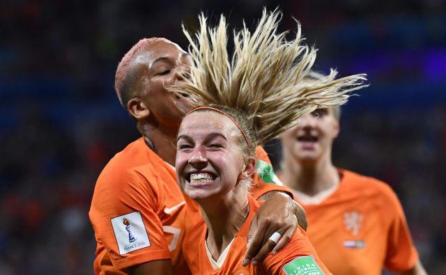 Jackie Groenen (na sredini) je v polfinalu zabila zmagoviti gol za Nizozemsko. FOTO: AFP