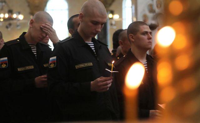 Ruski mornarji med spominsko mašo za umrlih 14 članov posadke neznane ruske podmornice. FOTO: REUTERS/Anton Vaganov