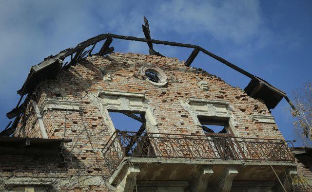 Hotel Bellevue, ki že leta vidno propada, bodo prenovili po natančnih navodilih zavoda za varstvo kulturne dediščine.