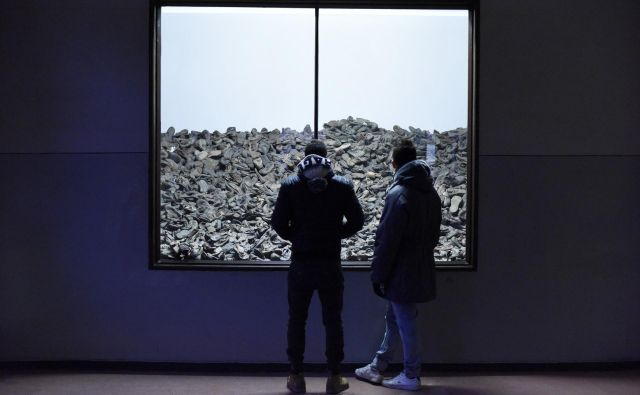Večina ljudi obišče nekdanje taborišče Auschwitz in tamkajšnji muzej zato, da bi se poučili o enem najhujših zločinov v zgodovini človeštva in ker iščejo uteho. »Pri nas jo najdejo, konkretna je in otipljiva,« pravi direktor muzeja Auschwitz Piotr M. A. Cywiński. FOTO: Reuters