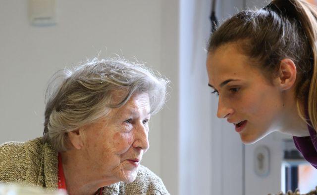 Med izvajalci pomoči na domu je vse več domov za starejše, ki imajo za oskrbo v domu in za pomoč na domu ločene time. Foto Tomi Lombar