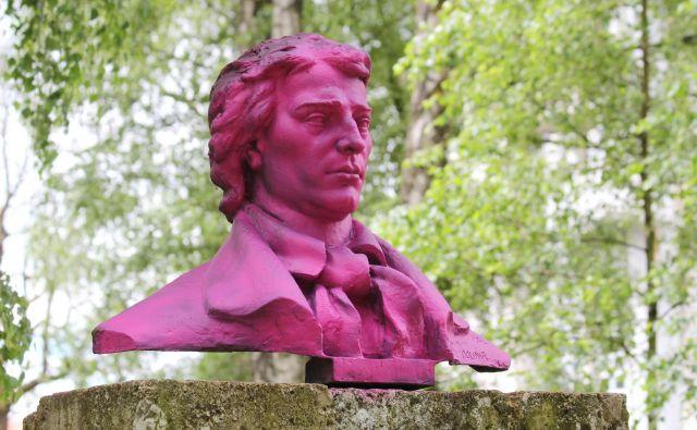 Prešernov kip je bil prvič prebarvan na rožnato leta 2016. FOTO: Špela Ankele/Delo