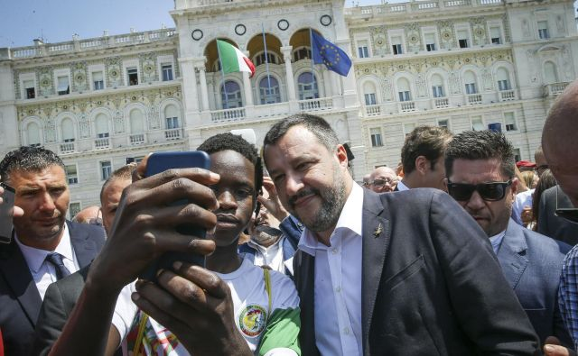 Salvinija je v Trstu pričakala navdušena množica. Nekateri so se z njim želeli tudi fotografirati. FOTO: Jože Suhadolnik/Delo