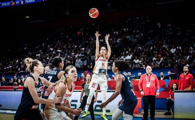 Anna Cruz (15) je spretno organizirala špansko igro, Marta Xargay (10) je natančno zadevala. FOTO: FIBA