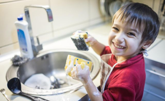 Otrokom že od malega nalagajte lažja opravila, da jim preidejo v navado. FOTO: Shutterstock