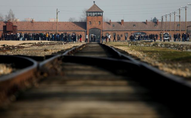 Tračnice v Birkenau so priljubljena foto točka obiskovalcev taborišča. FOTO: Kacper Pempel/Reuters