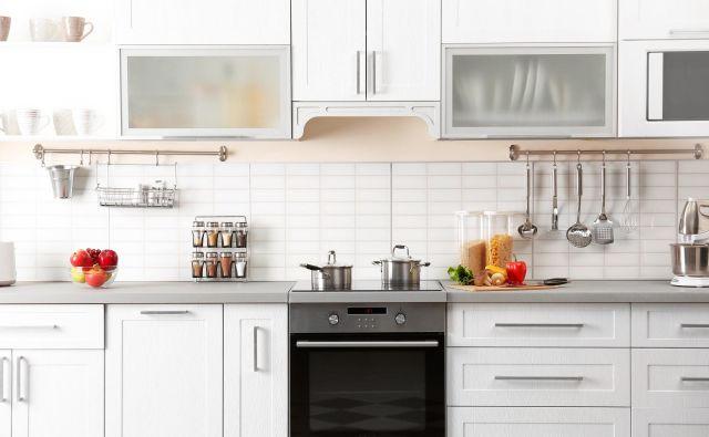 Ne glede na velikost kuhinje se rado zgodi, da se na delovni površini in v predalih ter omaricah pojavi nered. FOTO: Shutterstock