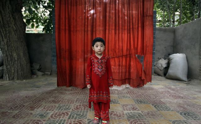 Otroke Ujgurov, ki so bili poslani v taborišča, so nastanili v strogo zastražene centralizirane kraje za trajno bivanje. FOTO: Reuters