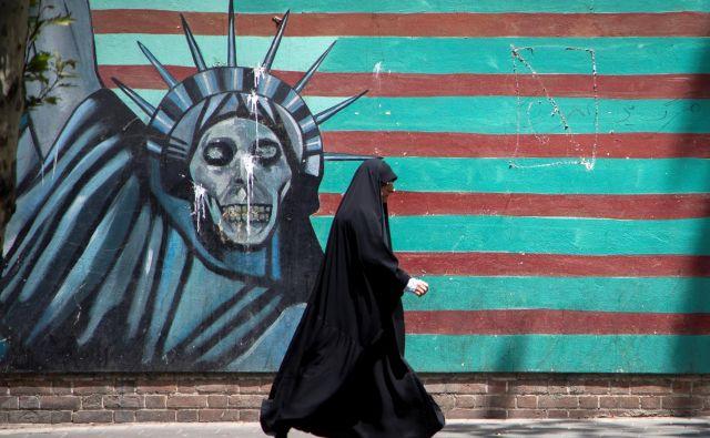 Ameriški predsednik stavi na uničujoče gospodarske sankcije proti Iranu, a opozarja tudi na »strašansko moč« ameriške vojske. FOTO: Reuters