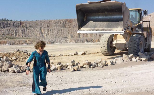 Kamnite puščave, po katerih tava slehernik Eme Kugler, so posnete v kamnolomu Črnotiče. Prizorišče je treba pripraviti, nekje prekopati z bagri, drugje zasuti s peskom, potem pa površino ročno zgladiti. V pomanjkanju sredstev se umetnica vsega loti lastnoročno. Foto osebni arhiv