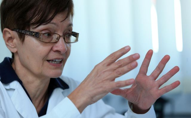 V vsebini 79 strani dolgega dokumenta o poklicnih kompetencah medicinskih sester je po mnenju Silvane Popov zapisanih mnogo »bedarij«. FOTO: Tadej Regent