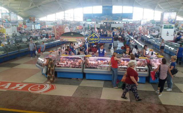Na osrednji mestni tržnici, v Minsku znani kot Komarovka, je bogata izbira suhih klobas in slanine.