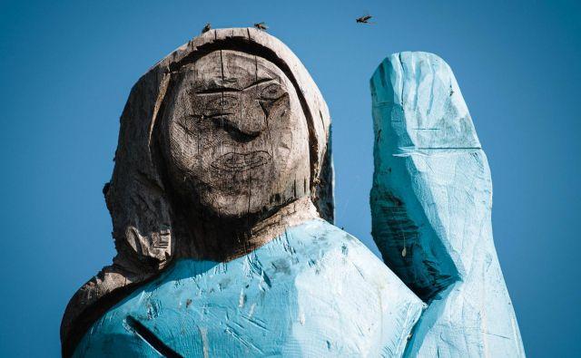 Zaradi naivnega sloga so kritiki na družbenih omrežjih kip Melanije označili za strašilo. Jure Makovec/AFP