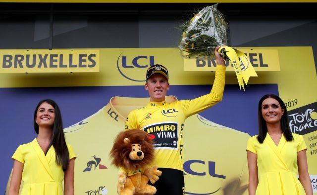 Junak prve etape Mike Teunissen je Jumbo Vismi zagotovil rumeno majico. FOTO: Reuters
