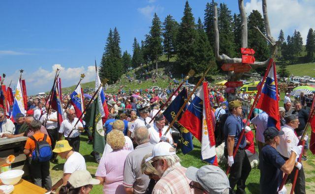 Približno 50 praproščakov se je udeležilo današnje slovesnosti na Menini planini. FOTO: Bojan Rajšek/Delo