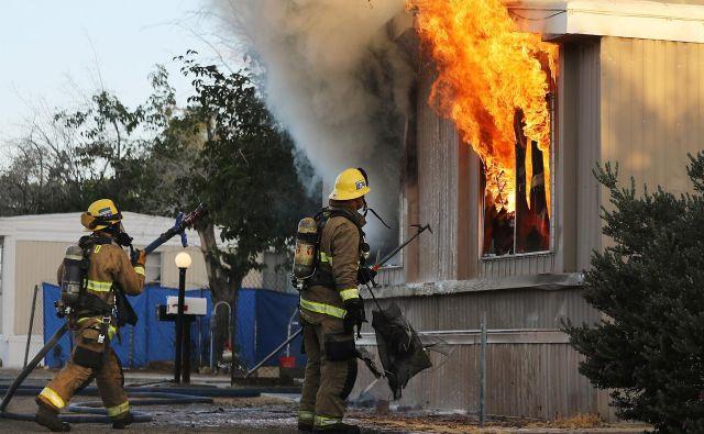 Po potresu je v Ridgecrestu prišlo tudi do požara. FOTO: Mario Tama/AFP