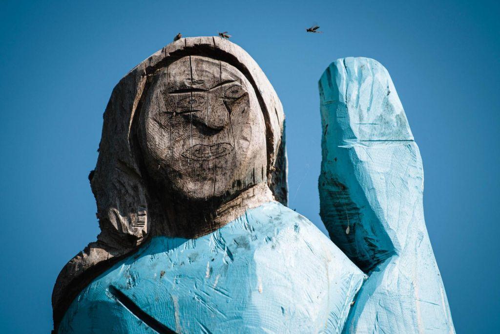 FOTO:Melanija kot Smrketa: tuji mediji o bizarnem kipu