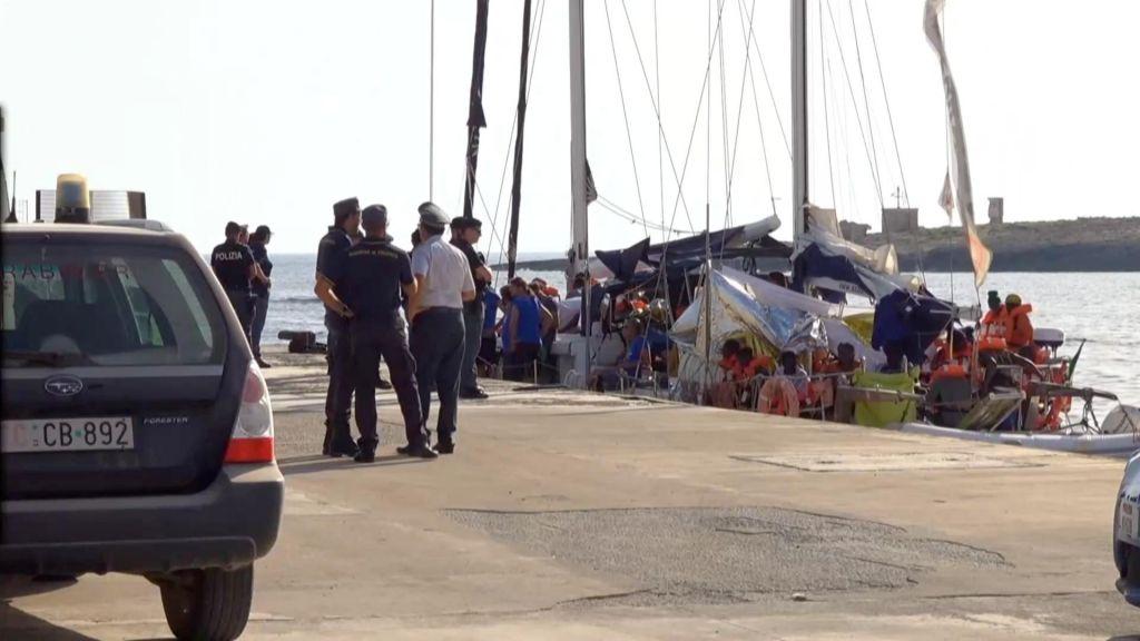 Ladja z migranti pristala v Lampedusi, Salvini izkrcanja ne dovoli