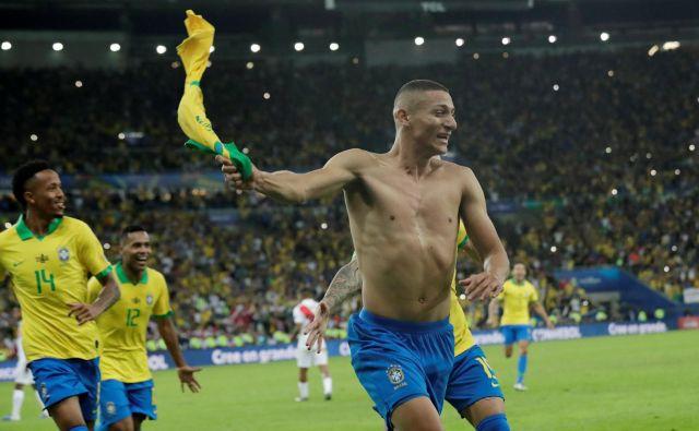 Richarlison je v 90. minuti z enajstmetrovke zabil gol za 3:1 in slavje na Maracani se je lahko začelo. FOTO: Reuters