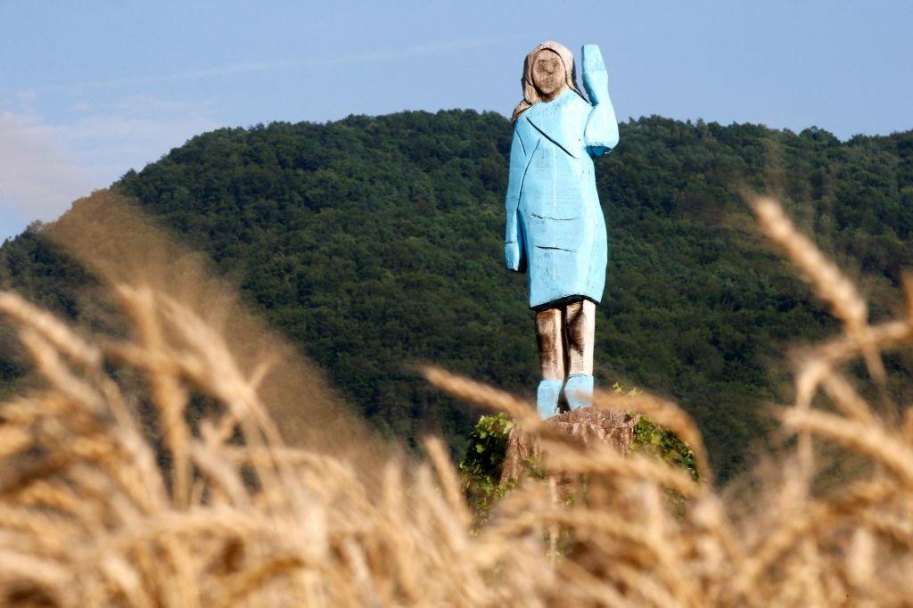 Ozadje lesenega kipa Melanie