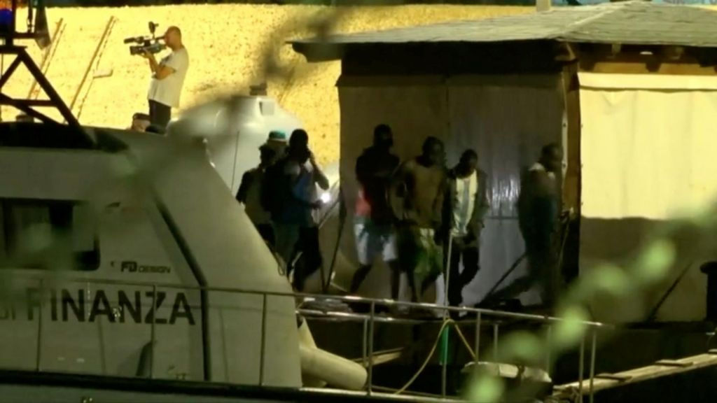 FOTO:Rešene migrante izkrcali na Lampedusi, nemška ladja odplula proti Malti