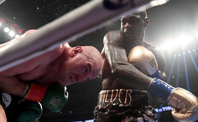 Tyson Fury (levo) in Deontay Wilder bosta še enkrat prekrižala pesti. FOTO: AFP