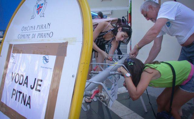 V slovenski Istri si ne želijo doživeti razmer izpred enajstih let, ko so v Piranu sredi glavnega trga točili pitno vodo zaradi vdora fekalne onesnaženosti v vodovodni sistem. Foto Boris Šuligoj