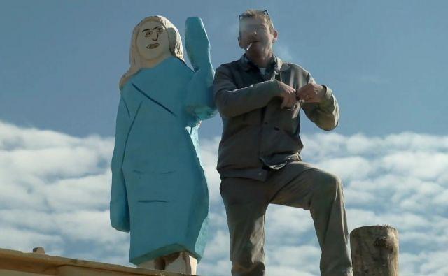 Pravzaprav sta za kipom Melanie dva moška: umetnik, ki ga je sponzoriral, in rokodelec Aleš Župevc - Maxi (na fotografiji), ki ga je naredil.<br /> Foto iz videa Brada Downeyja