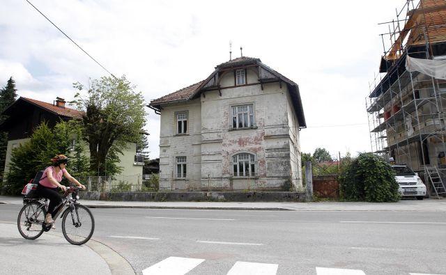 Vila Zlatica v Rožni dolini na obnovitvena dela čaka že več let. Foto Mavric Pivk