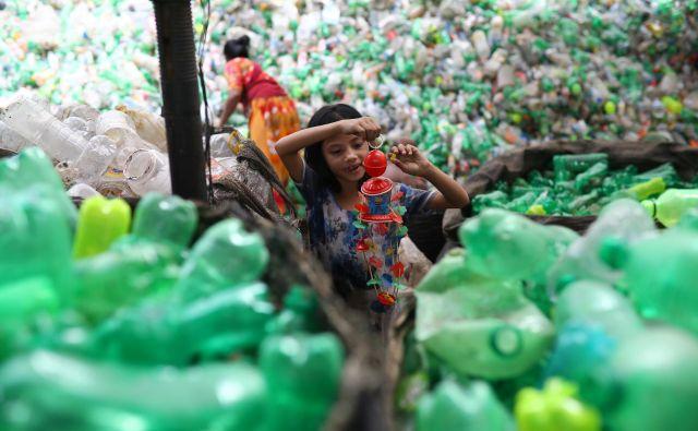Tovarna za recikliranje plastike v Daki. FOTO Reuters