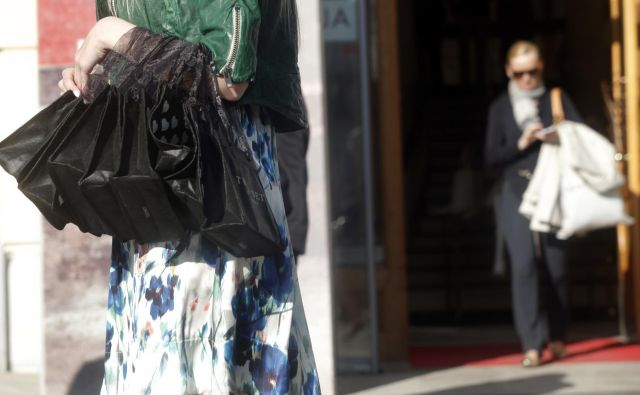 Namesto plastike tekstilni trgovci uporabljajo tekstilne in papirnate vrečke. FOTO Mavric Pivk/Delo