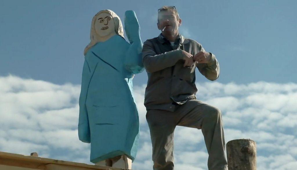 FOTO:Človek, ki stoji za leseno Melanio