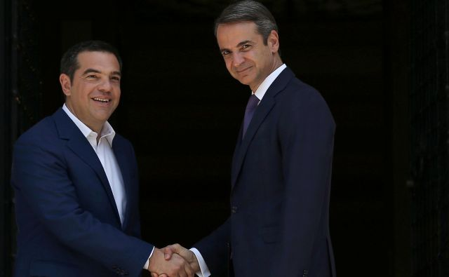 Novi grški premier Micotakis (desno) je poudaril, da Ciprasovega sporazuma s Severno Makedonijo ni mogoče kar enostransko razveljaviti. FOTO: Reuters