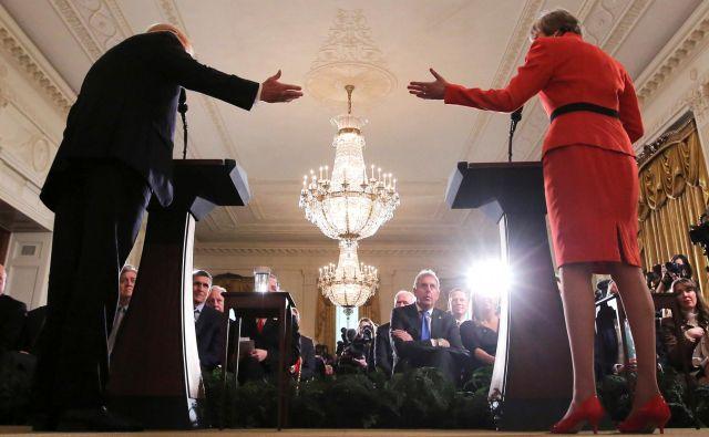 Britanski veleposlanik v Washingtonu na januarski tiskovni konferenci predsednika Trumpa in premierke Mayeve. FOTO: Carlos Barria/Reuters