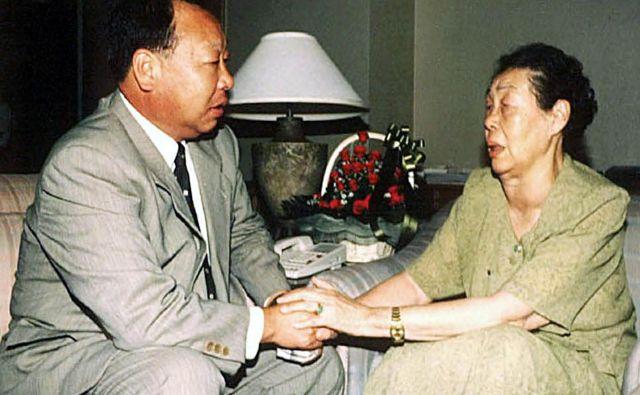 Čo In Guk na srečanju s svojo materjo Rju Mi Jong leta 2000, ko je ona živela v Severni Koreji, on pa v Južni. V oporoki sta starša zapisala tudi svojo poslednjo željo: da se sin preseli v deželo, ki sta ji bila onadva do konca življenja hvaležna za vse, kar jim je dala. FOTO: AFP