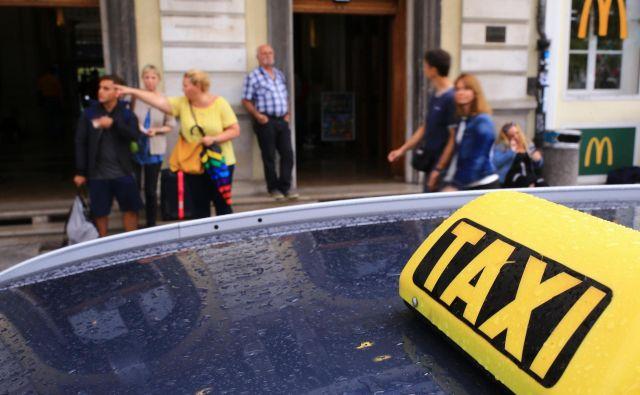 Bruhanje in neprimerno vedenje opitih potnikov sta največja problema taksistov, tatvin in ropov pa je malo. Foto Tomi Lombar