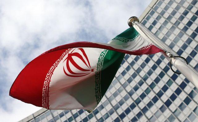 Iranska zastava pred sedežem Mednarodne agencije za jedrsko energijo na Dunaju, kjer bodo danes obravnavali nedavne iranske kršitve prelomnega dogovora iz leta 2015. Foto Reuters