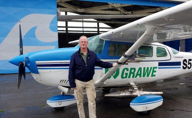 Radarist Jan Lagerwall, eden od 30 članov ekipe, pred edinim letalom za protitočno zaščito. FOTO: Stanko Kranjc