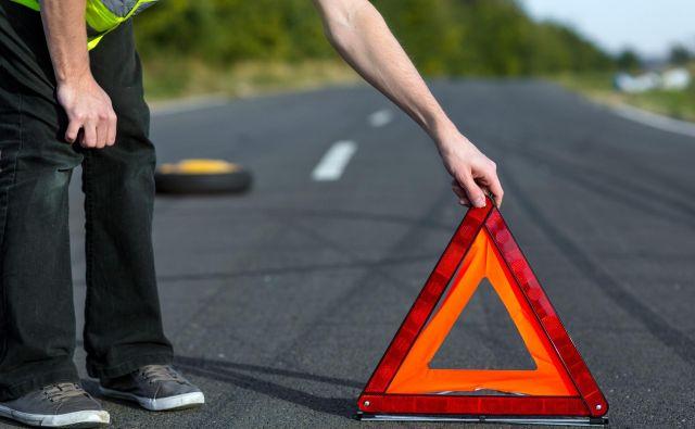 Varnostni trikotnik je treba postaviti dovolj daleč od okvarjenega avtomobila, na avtocesti vsaj 100 metrov stran. Foto Shutterstock
