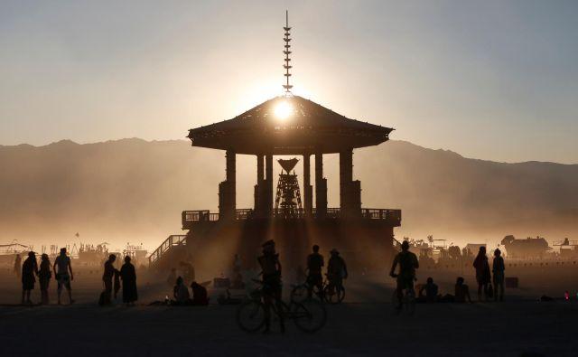"""Gledanje sončnega zahoda izza """"moža"""", ki ga zadnji dan obredno pošljejo v plamene. Foto Jim Urquhart Reuters"""